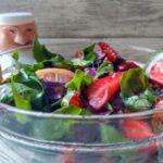 Витаминный салат с клубникой