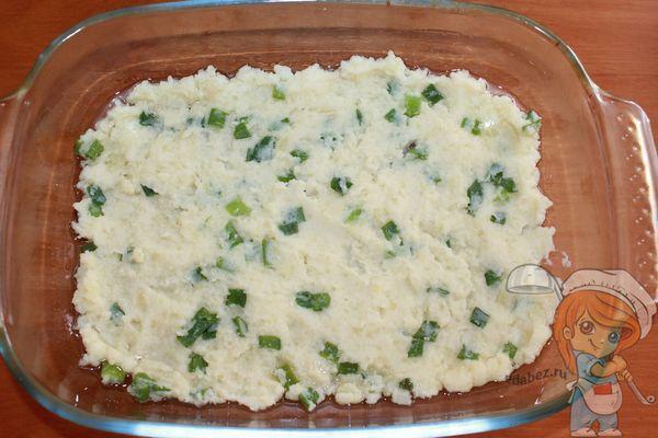 Выкладываем картошку в форму для выпечки