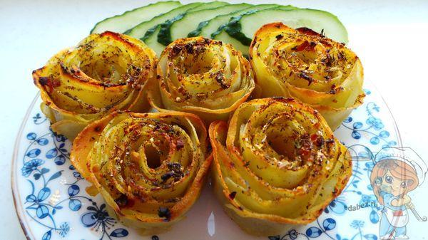 Готовая картошока в духовке в форме роз