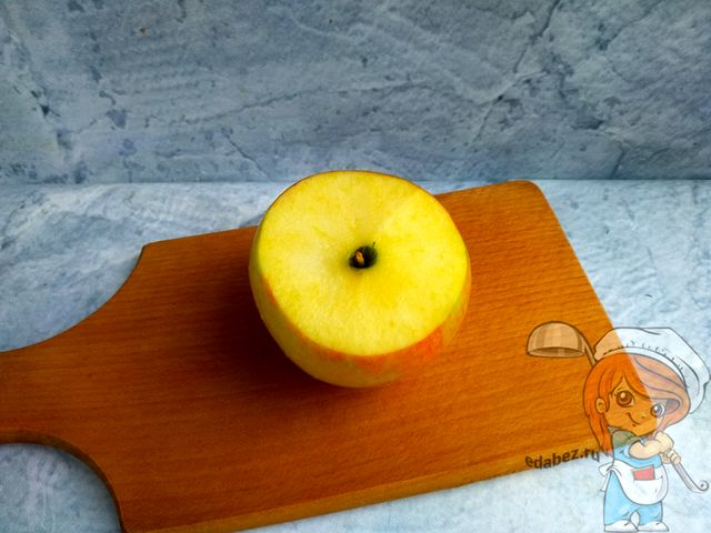 У яблока обрезаем верхушку
