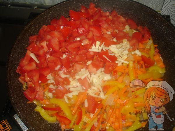 Добавляем помидоры, морковь и перец