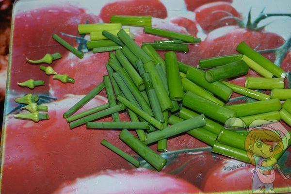 Простой рецепт приготовления жареных луковых стрелок сможет освоить любой кулинар!