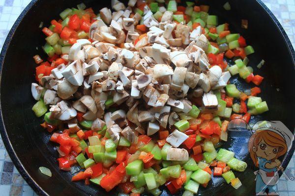Добавляем грибы к овощам
