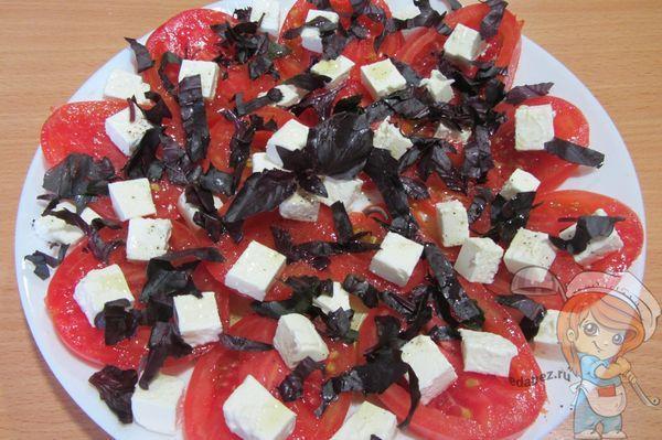 томаты с базиликом и сыром