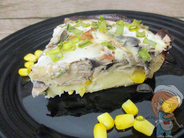 кусок пирога с кукурузой и грибами