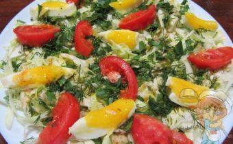 Салат из молодой капусты, помидоров и яйца