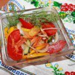 Салат из помидор, моркови, перца и лука
