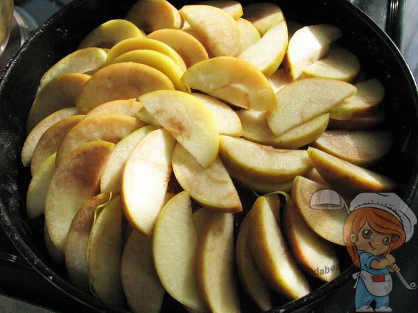 Укладываем дольки яблока