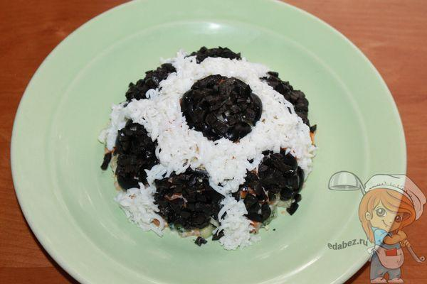 белок между черными маслинами