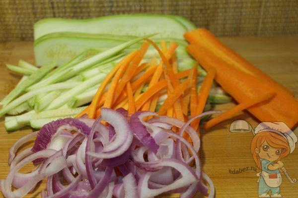 кабачки, морковь и лук