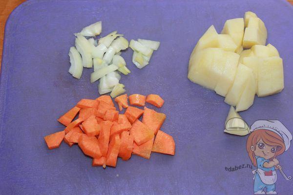 Нарезаем картофель морковь и лук