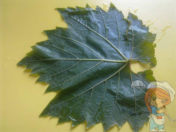 Обвариваем лист винограда