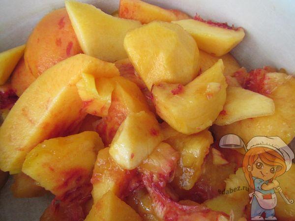 Нарезаем нектарины и персики