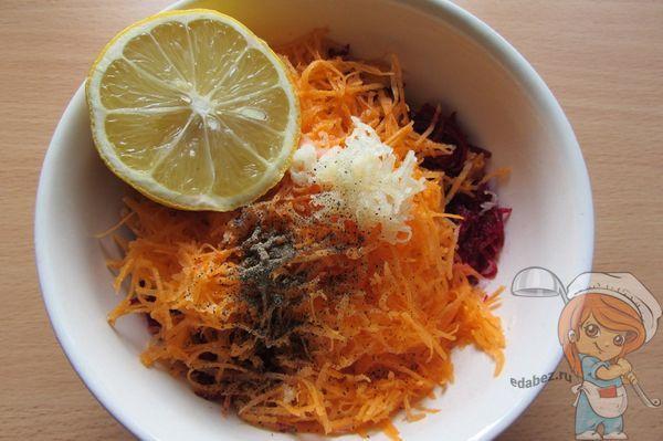 выжимаем сок лимона и добавляем в салат