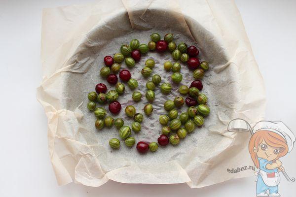 Выкладываем ягоды в форму