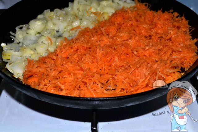 Добавляем морковь в сковороду