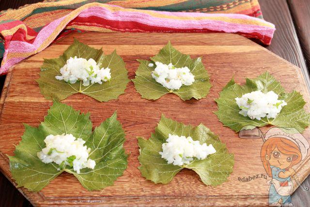 Выкладываем начинку на листья