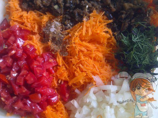Соединяем овощи и добавляем специи