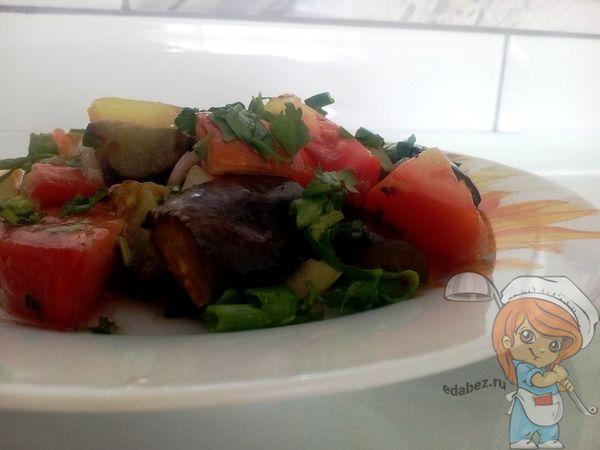 Салат с баклажаном, помидорами и перцем