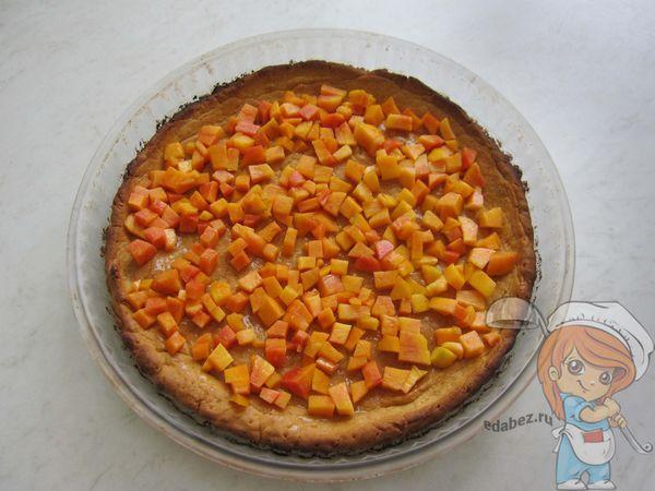 Посыпаем персиками корж