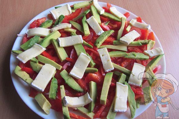 Брусочки сыра в салате