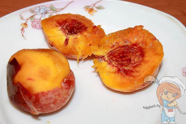 Удаляем косточки из персиков