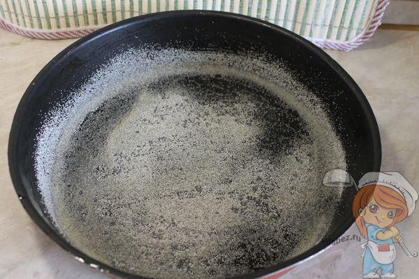 Присыпаем сковородку манкой