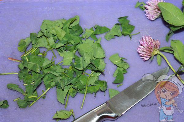 нарезаем листья клевера