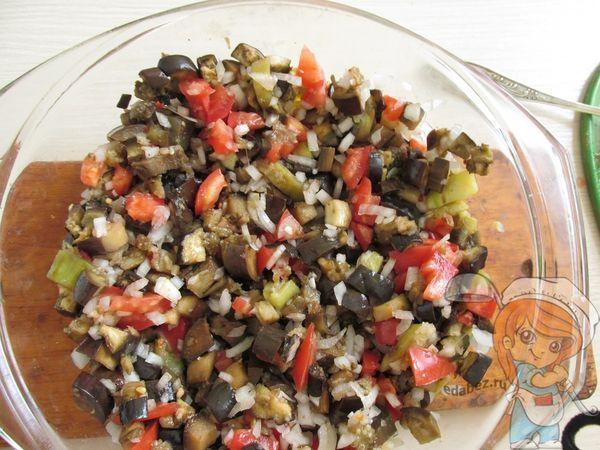Перемешиваем овощи и солим