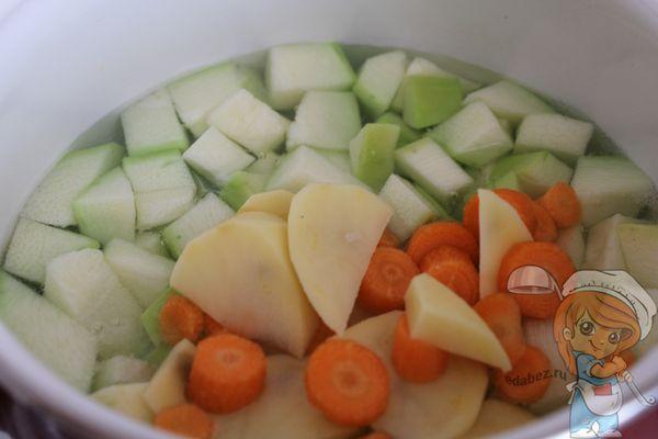 Добавляем морковь и картофель