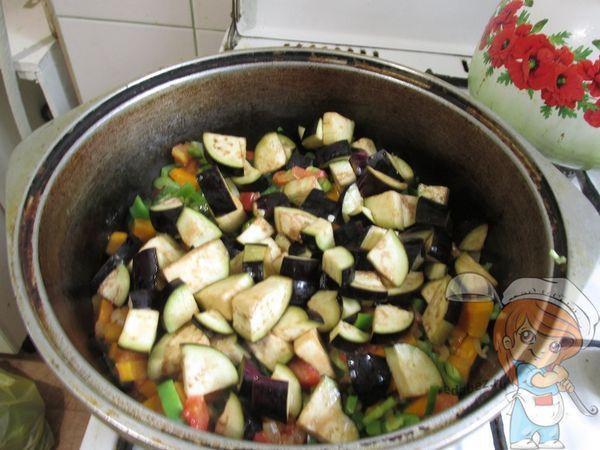 Добавляем баклажаны к овощам