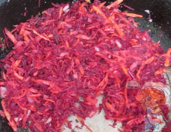 Обжариваем свеклу, морковь и лук