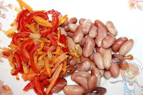 Перемешиваем фасоль с овощами