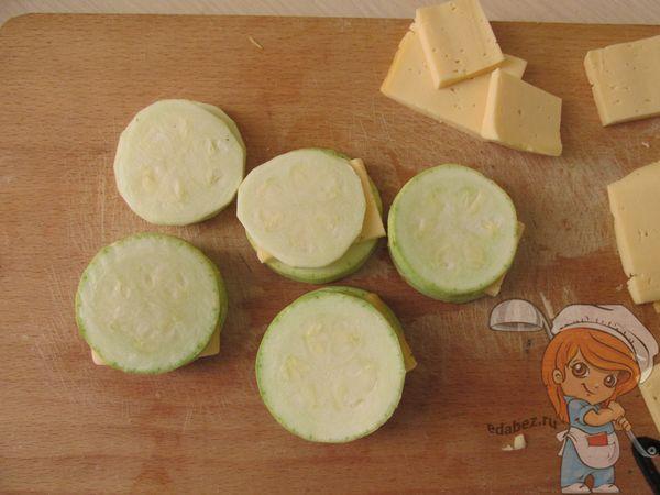 сыр между кабачками