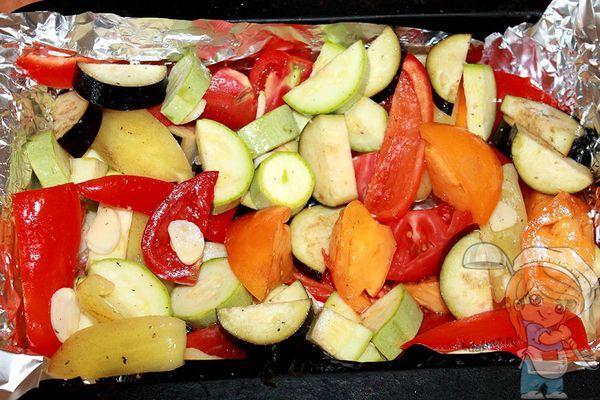 Раскладываем овощи на фольге