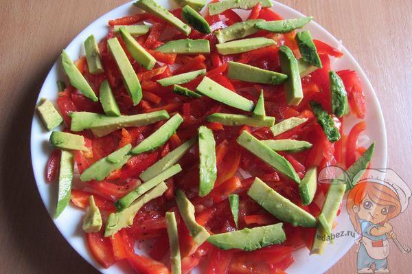 авокадо поверх перца