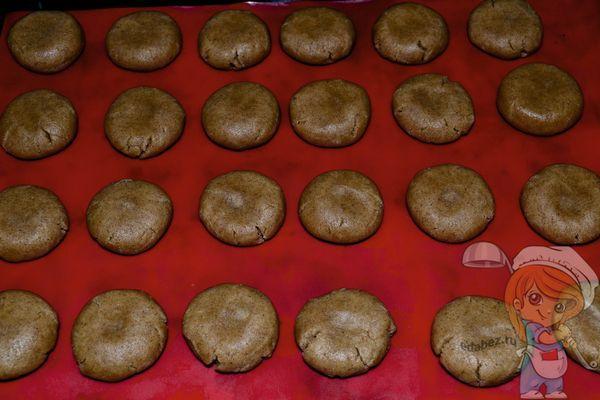 заготовки печенья на коврике