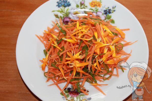 Посыпаем салат цветками