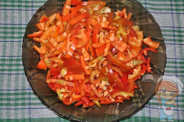 Нарезаем красный перец