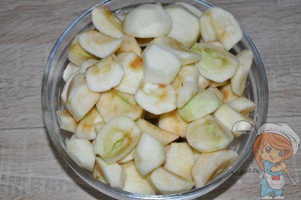 Нарезаем и чистим яблоки