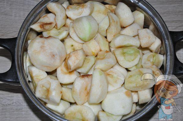 Выкладываем кусочки яблок в кастрюлю