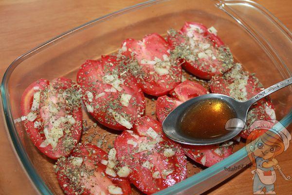 Поливаем помидоры соусом