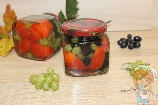 резанные томаты с виноградом