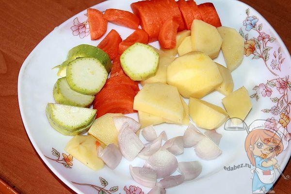 Нарезать овощи кусочками