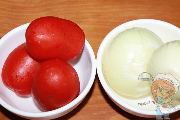 моем лук и помидоры