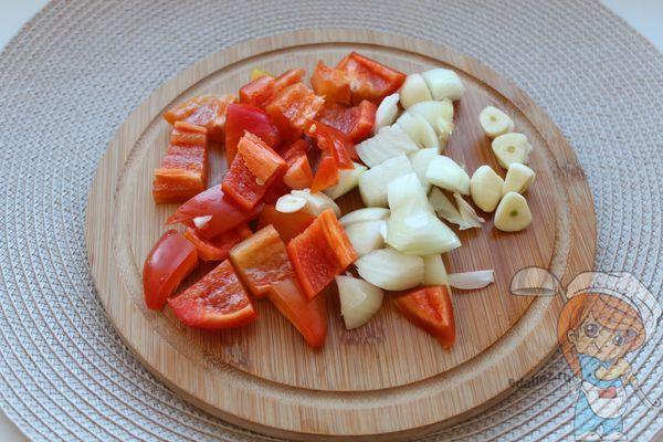 Нарезаем лук перец и чеснок