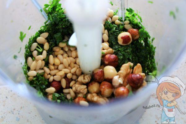 измельчаем орехи и зелень