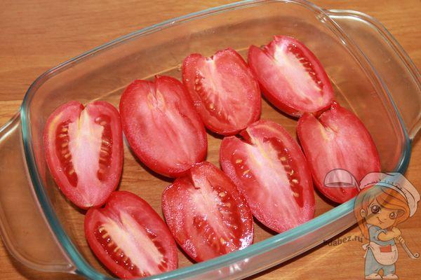 Выкладываем помидоры в посуду