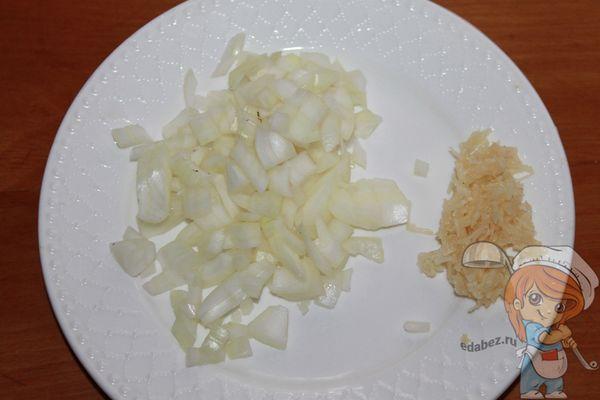 Измельчаем лук и чеснок