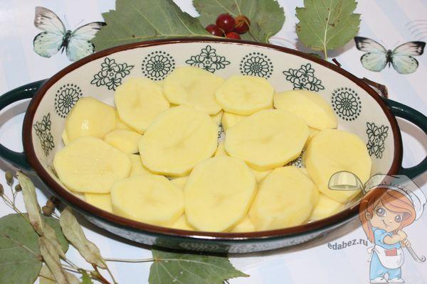 Выкладываем слой картофеля